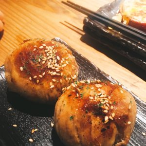 ③梅田の駅ビルで注文した肉巻きおにぎり🍖 味はもちろんボリュームもあって美味しかったです☺️❤️