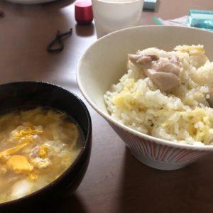 先日、家に一人だったんで、暇つぶしに流行りの炊飯器クッキング★ごはんを炊くときにサッポロ○番塩ラーメンと鶏肉を入れてスイッチオン!めちゃくちゃおいしい炊込みご飯になりましたが、なかなかニオイが取れず怒られちゃいました・・・tk
