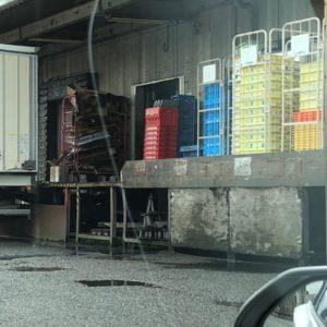 派遣先様の倉庫内で、当社のスタッフが仕分けした商品が配送トラックに積まれ、スーパーへ出荷されようとしています。それがスーパーに並んでいるの見ると、小さな感動があったりします。気を付けて行って来てくださいね♪JH from 京都南