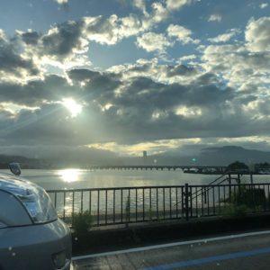お取引させていただいている派遣先様の別事業所がある【滋賀県】に訪問!雲の合間から夕陽に照らされる琵琶湖と近江大橋がキレイで助手席から激写しちゃいました!tk
