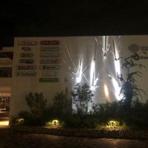 京都南オフィスがある『ブランチ松井山手』の夜。壁に線香花火が反射しているような幻想的な雰囲気でした!今度、何をイメージしているのか聞いておきます!tk