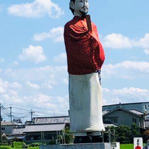 奈良で新規営業をしていると、『な、な、なんじゃありゃあ!』12メートル級の巨大聖徳太子のオブジェと遭遇。町おこしの為に作られた案山子(かかし)だそうです。この周りにも案山子が40体ほどあります(笑)なかなかのシュールな空間でした。JH from 京都南