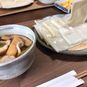 息子がTVを観ていて食べたいと言ったので、群馬名物『ひもかわうどん』を食べに滋賀県草津市まで…これは8㎜サイズです。モチモチしてておいしい。おろし醤油で食べたのが絶品でした!tk