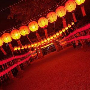 """自宅の近くで発見!どうやら無病息災・家業繁盛を願った『献灯祭』という""""夏の風物詩""""だそうで、1500燈もの赤い提灯を掲げていて幻想的な世界でした。13年もこの地で生活しているのに初めて知りました…(汗)tk"""